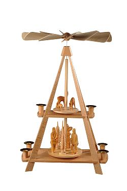 Stabpyramide mit geschnitzten Waldfiguren und Rehen